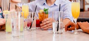 飲み会で飲む女性